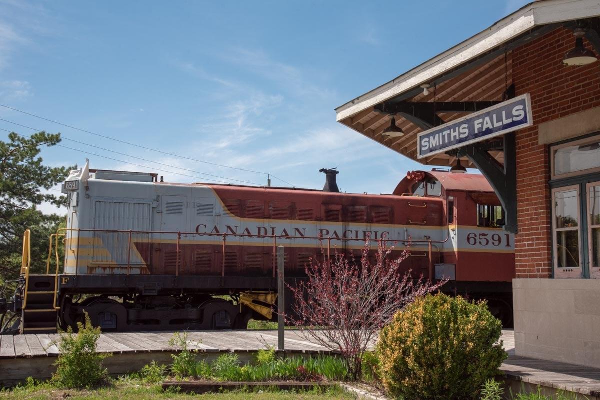 Diesel locomotive on the platform of Smith Falls Station.
